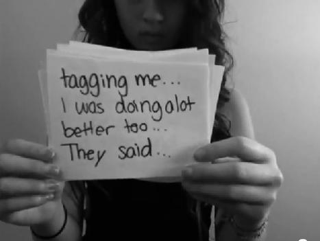 Captura del vídeo donde Amanda Todd denuncia haber sido etiquetada en Facebook
